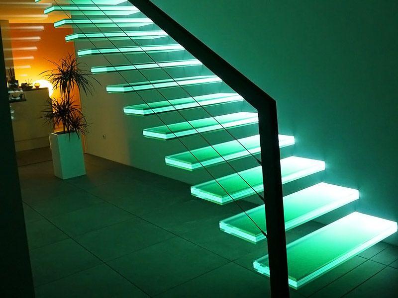 Стеклянные элементы выглядят особенно эффектно с подсветкой. Для создания такой лестницы используют особо прочные разновидности материалов, многослойные конструкции