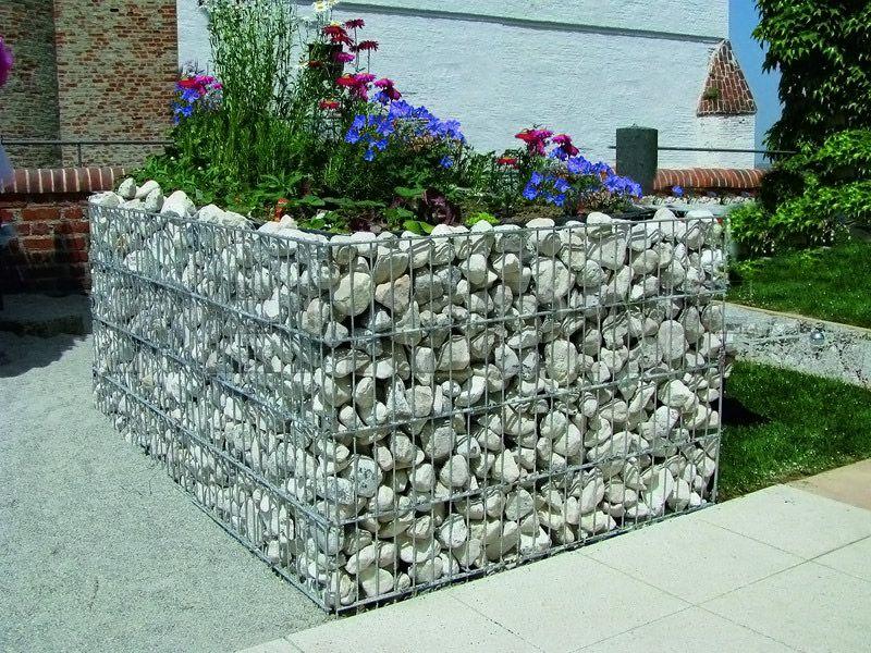 Мелкие камни засыпают в оболочку из стальной сетки