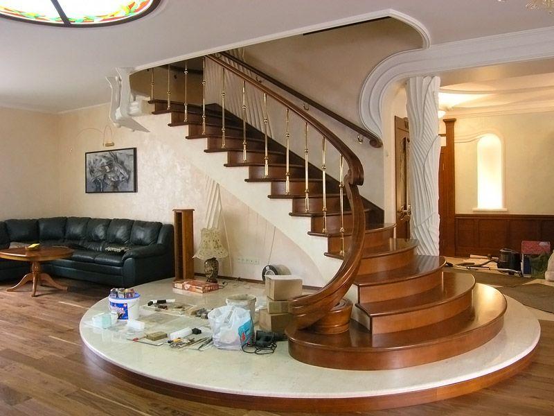 Дубовая лестница выглядит респектабельно