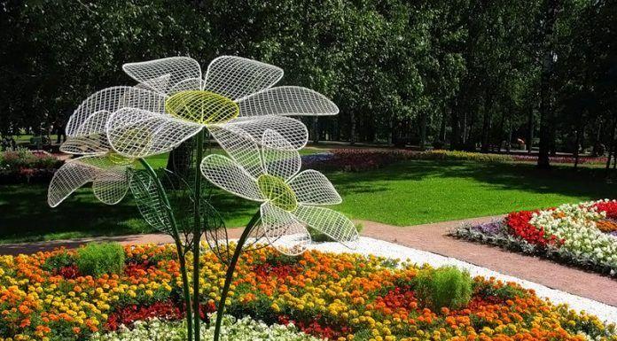 Самые большие цветы в центре клумбы сохраняют свои эстетические характеристики в неизменном отличном состоянии круглый год. На сетчатой конструкции загрязнения не заметны, поэтому тщательный уход не требуется
