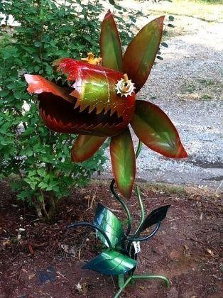 Хищный цветок из страшной сказки способен стать ярким элементом декоративной композиции. Для его изготовления можно использовать металл и пластик