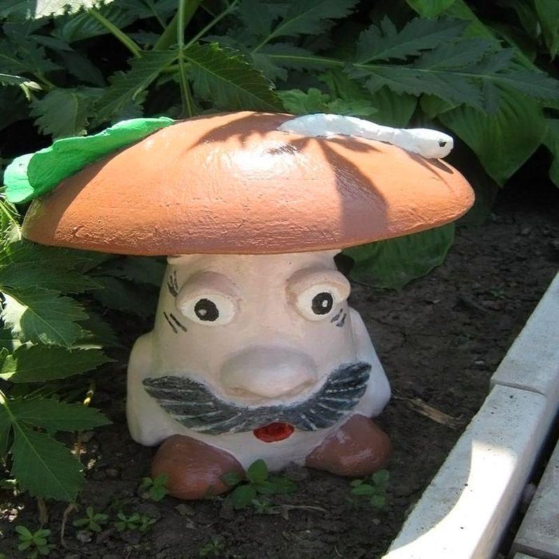 Ножка гриба сделана из камня. Шляпка, декоративные элементы – из штукатурной смеси. Для создания сложных форм используют густой раствор