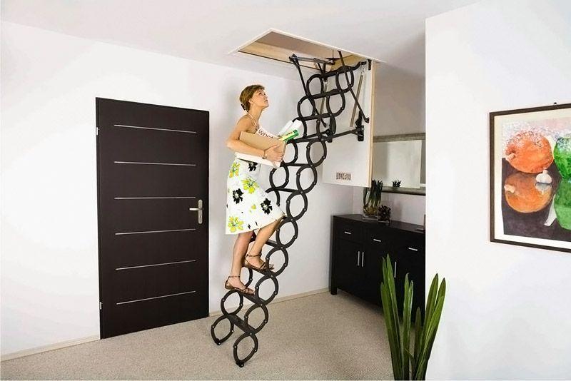 Выдвижная лестница применяется по мере необходимости. В сложенном состоянии она убирается под декоративное покрытие потолка