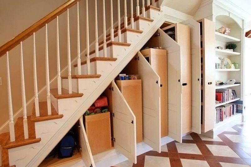 Свободное пространство под маршами используют для монтажа шкафов, иных мест хранения