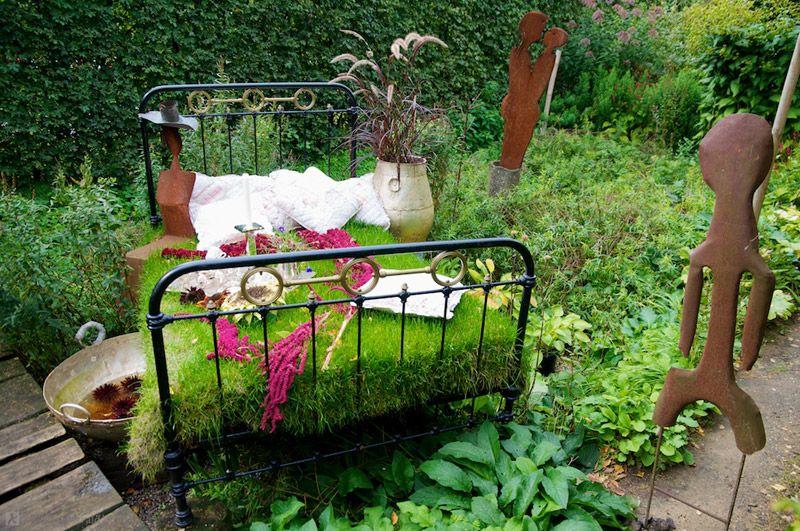 Старая кровать после небольшой реставрации подойдет для создания оригинальной композиции