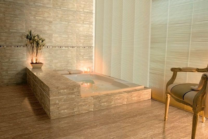 На фотографии плитки в ванной комнате видно разнообразие узоров. Такие поверхности с высокой точностью имитируют натуральные материалы