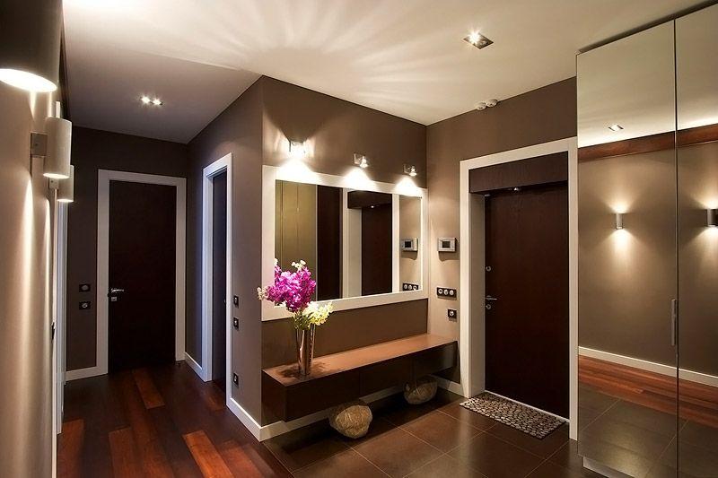 Образец иллюминации г-образного помещения: свет расположен над зеркалом, на стенах, потолке и дверцах шкафа