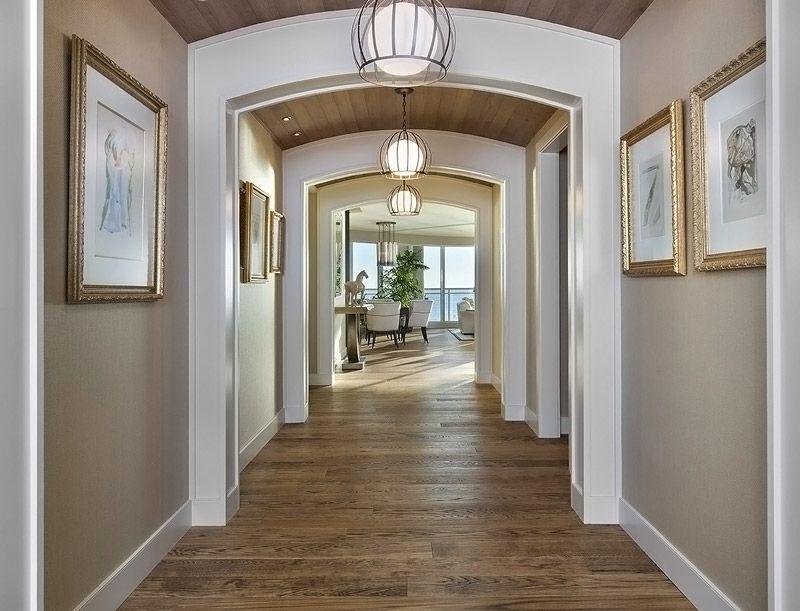 Сочетание светлой отделки в интерьере и правильной иллюминации позволит сделать узкое помещение светлым и просторным