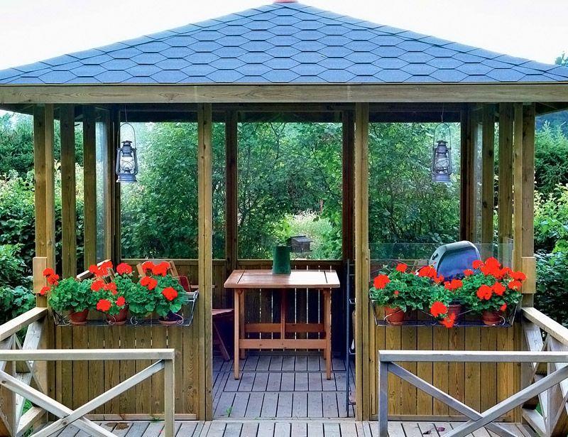 У входа будут хорошо смотреться небольшие цветники или горшки с растениями