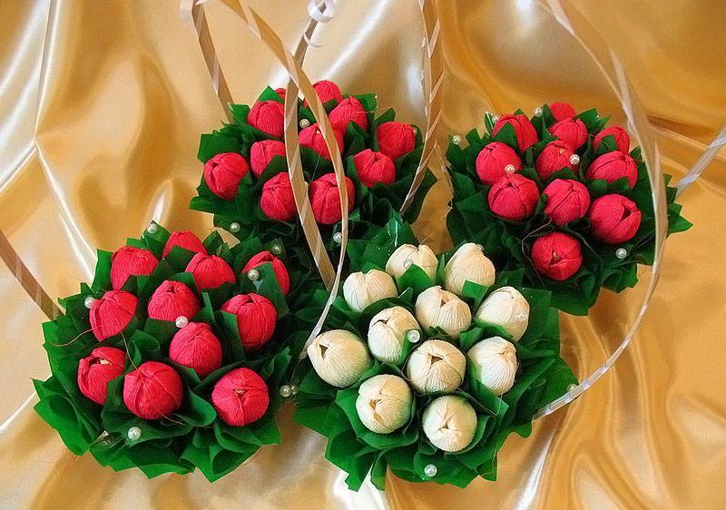 Цветы из гофрированной бумаги своими руками дополняют жемчужным бисером, тканями и другими декоративными изделиями для создания красивых композиций