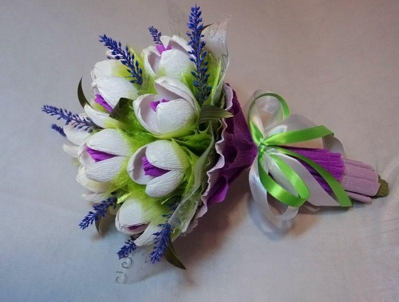 Крокусы создают по аналогии с тюльпанами, только используют меньшее количество лепестков