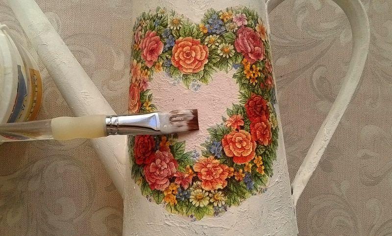 При необходимости можно тонкой кистью дорисовать детали или применить состаривание поверхности