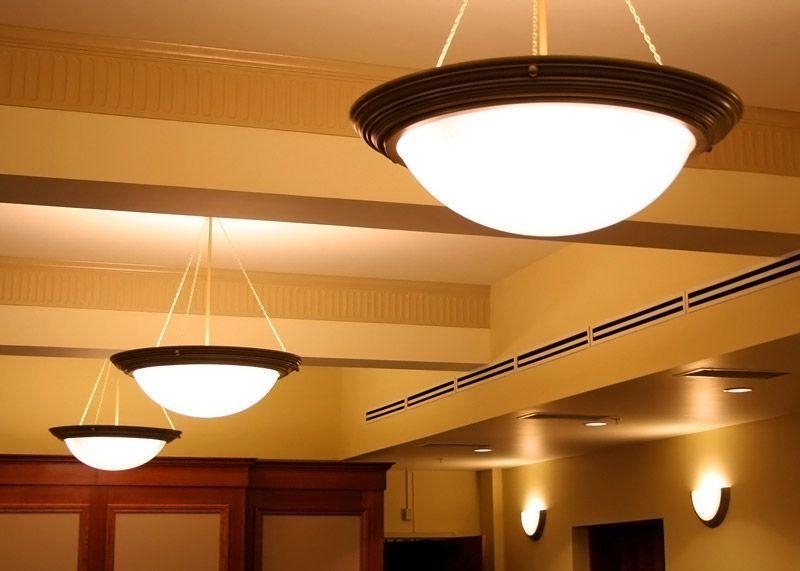 Один из удачных вариантов для помещения с высокими потолками – подвесные люстры. Несколько приборов, расположенных в ряд, дадут качественную иллюминацию