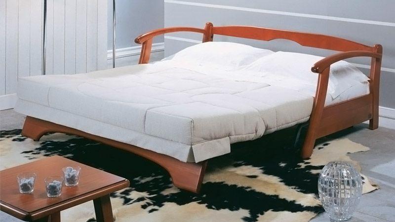 Скромный диванчик вечером превращается в удобное большое спальное место