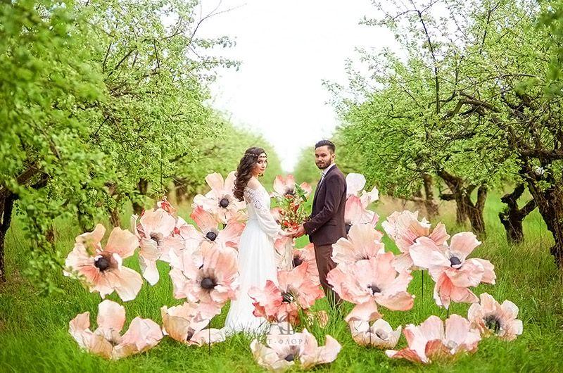 Крупные искусственные цветы применяют для проведения свадебных и других фото сессий