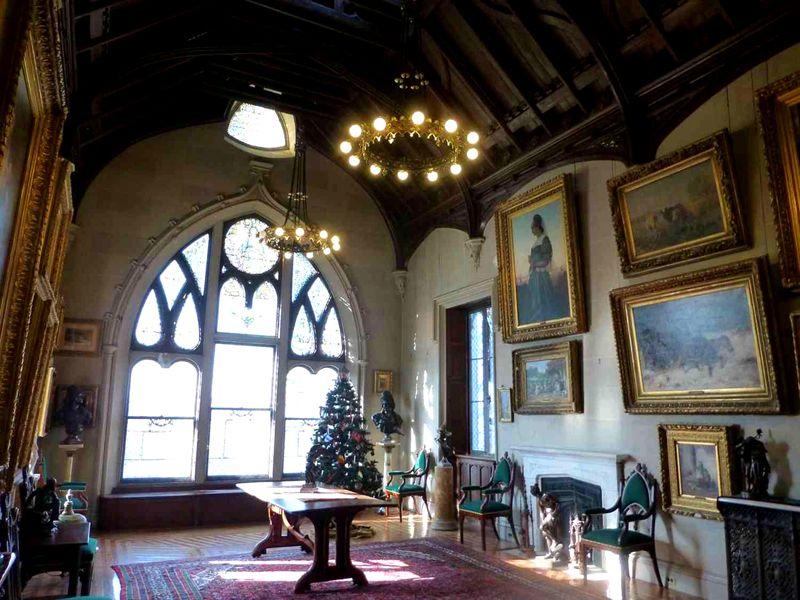 Обилие картин и тяжёлая люстра – типичные аксессуары в оформлении замкового стиля