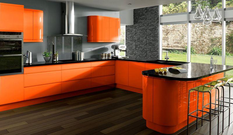 Оранжевый привлекает на себя основное внимание, вытесняя любые другие