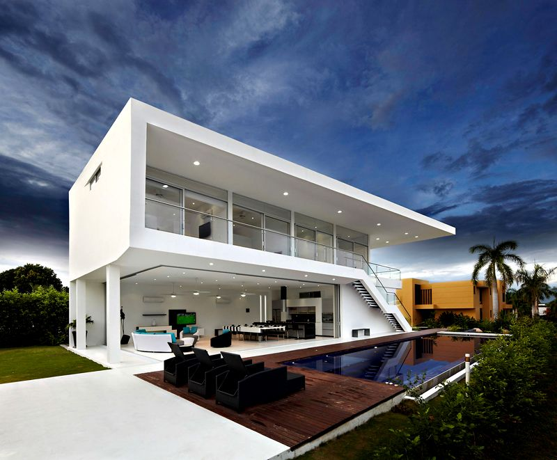 Для оформления дома внутри и снаружи используют современные материалы, керамику и панно