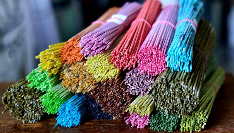Чтобы готовое изделие имело цвет, трубочки красят. Это следует сделать заранее
