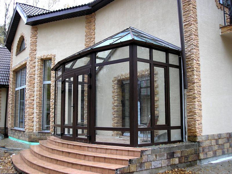 Здесь использованы обычные стеклянные офисные перегородки и надстроена крыша