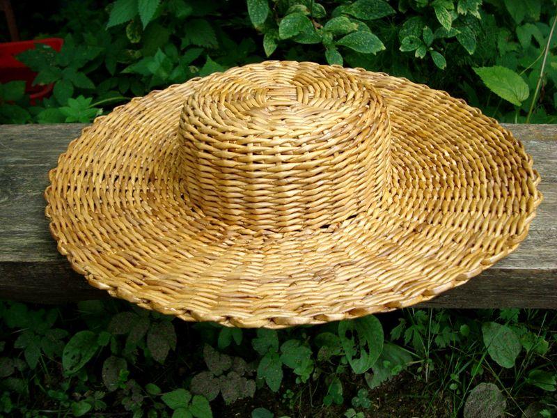Можно декорировать щляпку искусственным цветком, широкой лентой и бантом