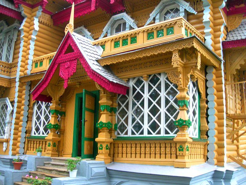 Деревянную конструкцию можно украсить резным декором и наличниками