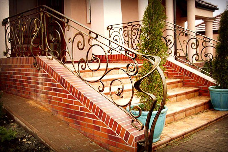 Таким крыльцом украшают вход в большой дом или даже особняк