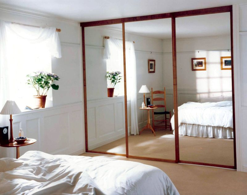 Раздвижная конструкция, скрывающая гардеробную комнату