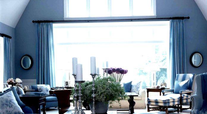 Синяя гостиная – смелое решение, требующее ответственного подхода к подбору штор. Чтобы зрительно не уменьшать комнату важно продумать качественное освещение в таком интерьере