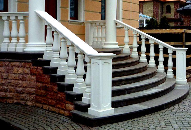 Применение резных колонн и балясин придает конструкцию поистине царский вид