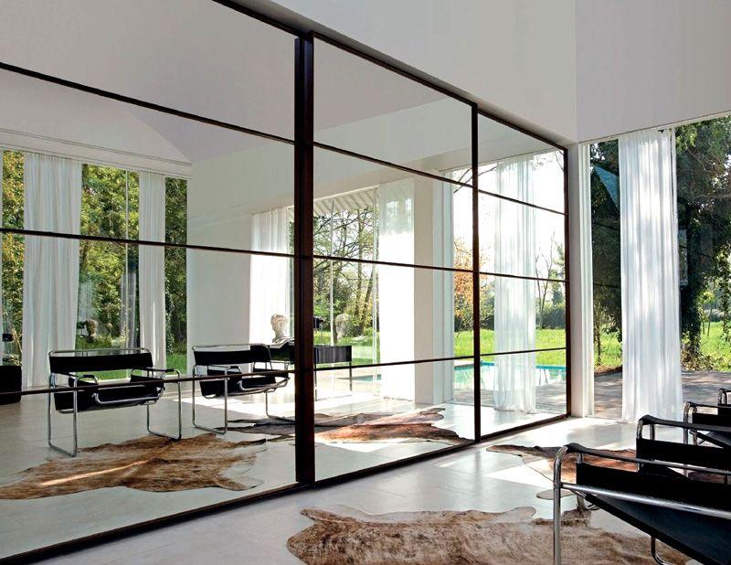Зеркальная раздвижная конструкция во всю стену