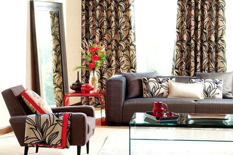 Сочетание тканей на шторах, подушках и накидках на стулья выглядит весьма привлекательно