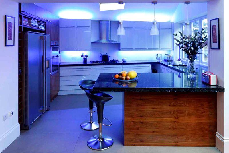 Светодиоды лучше расположить в рабочей зоне, галогеновые светильники – в обеденной