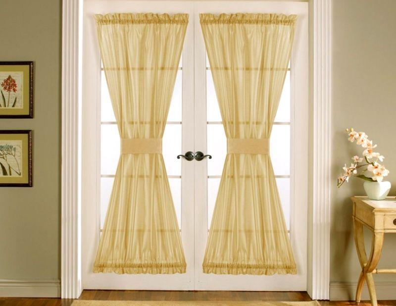 Шторы могут оформлять не только окно, но и дверные проёмы