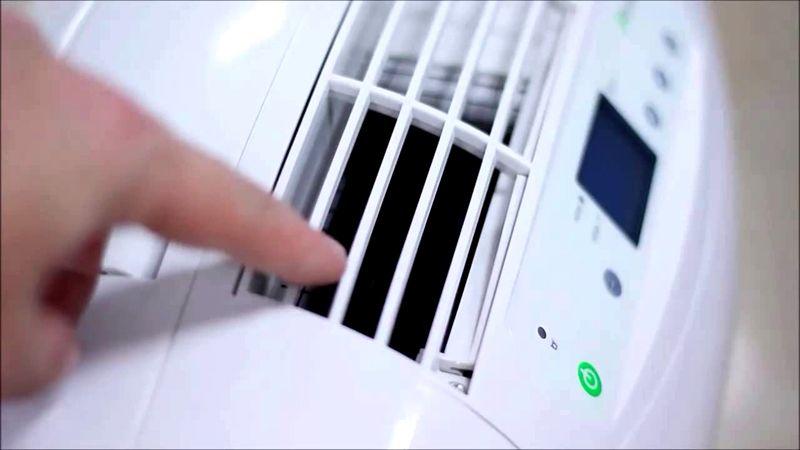 Вентилятор через прорези прогоняет воздух