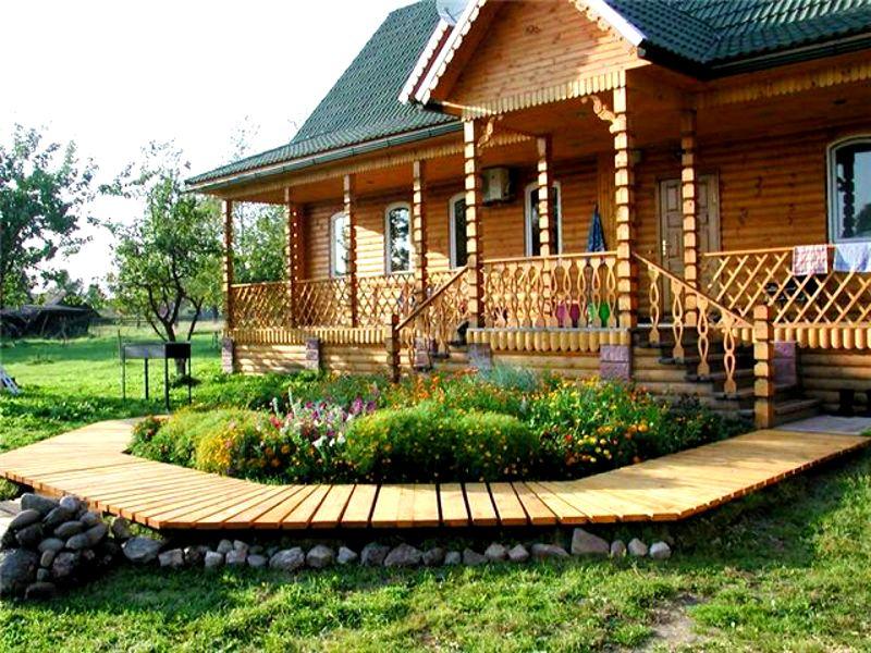 Особое очарование дому придают резные деревянные и кованые конструкции