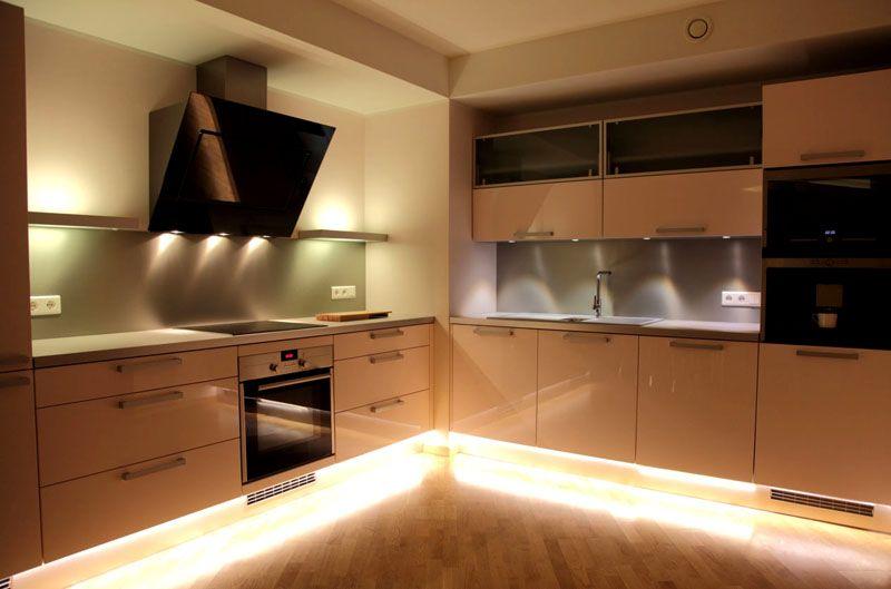 Длительное пребывание на кухне требует комфортного освещения