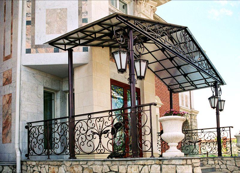 В этом варианте также использован поликарбонат, но сама конструкция стоит на четырех опорах