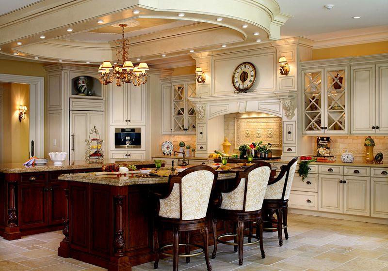 Красивый классический интерьер со столом посередине