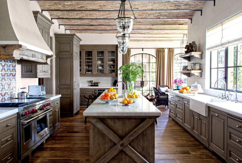 Кухонная мойка со столешницей посередине будет выигрышно смотреться на просторных кухнях