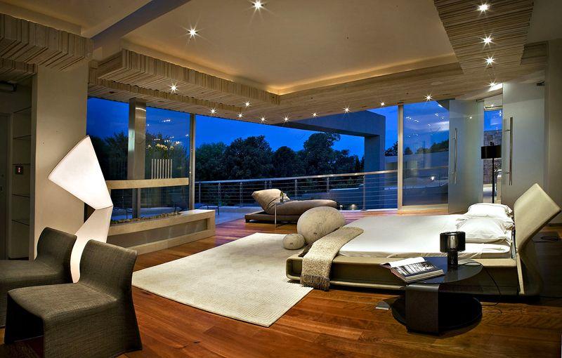 Спальню с такими панорамными окнами могут себе позволить владельцы по-настоящему дорогих и больших домов