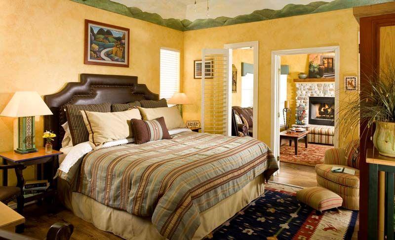 Скромная, небольшая, но от этого не менее симпатичная спальня