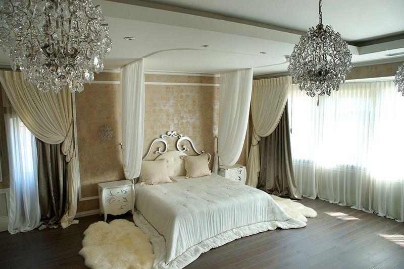 Двухуровневые потолки и эффектные люстры придаю интерьеру магический шарм