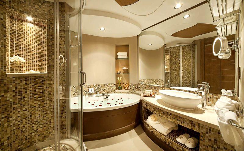 Не самая большая ванная комната, но отделка мозайкой и изысканная дорогая сантехника творят настоящие чудеса