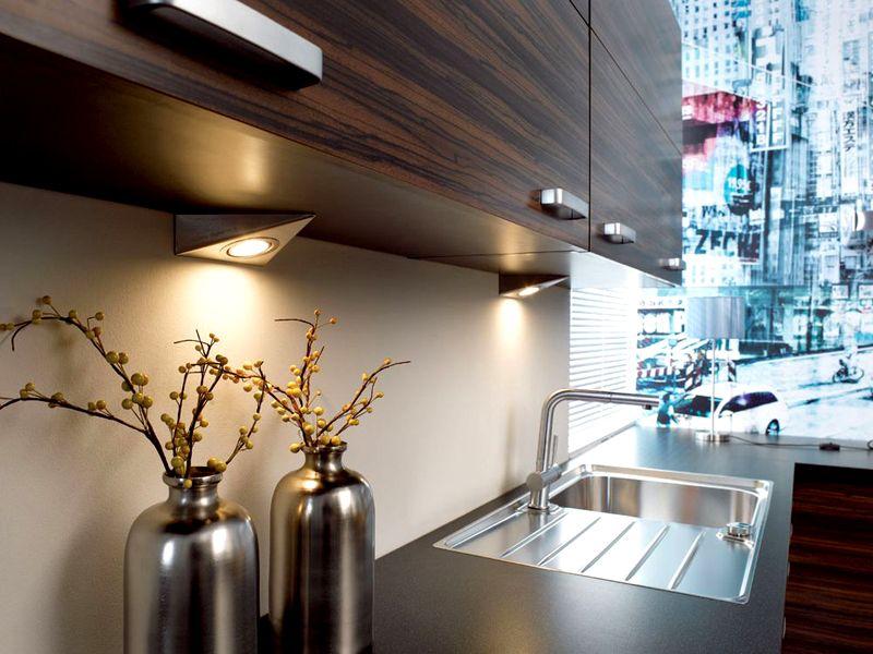 Вместо диодной полоски зачастую используют накладные светильники