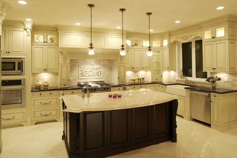Комбинирование осветительных приборов обеспечит кухню полноценной иллюминацией