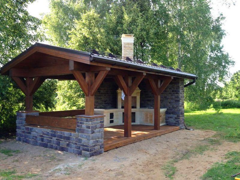 Сооружение сделано из природного камня, бруса и металлочерепицы