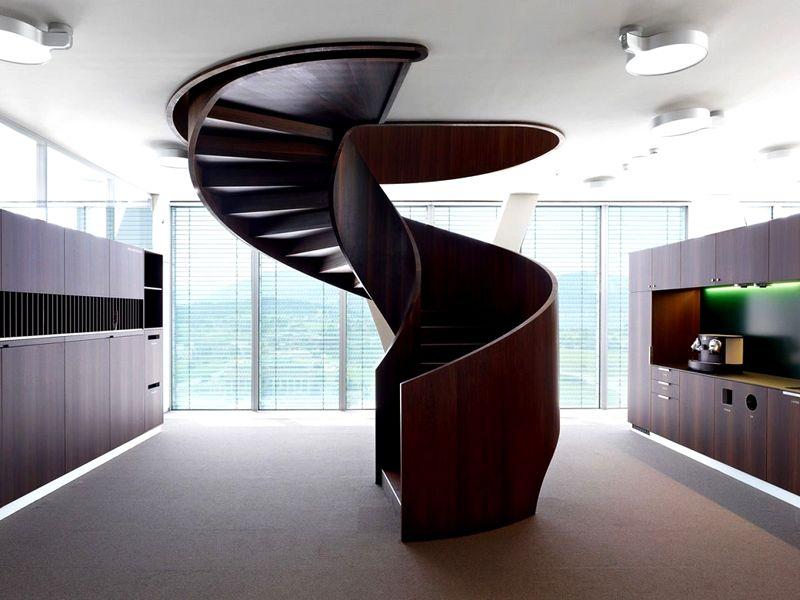 Винтовая лестница выглядит интересно. Ее используют опытные дизайнеры для украшения интерьера