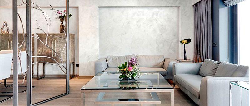 В этой комнате уместна торжественная атмосфера. Для создания гармоничного интерьера без избыточных затрат пригодится декоративная штукатурка