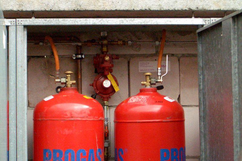 Баллоны для газового оборудования устанавливают вне помещений, в специальный шкаф